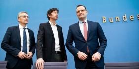 RKI-Präsident Lothar Wieler, Virologe Christian Drosten und Gesundheitsminister Jens Spahn bei einer gemeinsamen Pressekonferenz am 9. März | Bild: Shutterstock