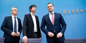 Lothar Wieler, Christian Drosten und Jens Spahn am 9. März 2020 in der Bundespressekonferenz   Bild: picture alliance/dpa   Bernd von Jutrczenka