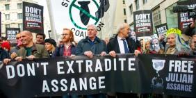 Demonstration für Julian Assange am 22. Februar 2020 in London, von links: Politiker Yanis Varoufakis, WikiLeaks-Sprecher Joseph Farrell, WikiLeaks-Chefredakteur Kristinn Hrafnsson, Assanges Vater John Shipton sowie Designerin Vivienne Westwood   Bild: John Gomez / Shutterstock