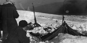 Das Zelt der Wandergruppe, wie die Suchmannschaften es am 26. Februar 1959 vorfanden. | Bild: dyatlovpass.com