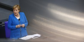 Angela Merkel am 23.6.2021 im Bundestag   Bild: picture alliance / AA   Abdulhamid Hosbas