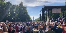 Die Demonstration am 1. August, kurz nachdem die Polizei die Bühne besetzte   Quelle: Videostandbild KenFM