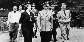 Adolf Hitler in Bayreuth (Juli 1938), rechts Wieland Wagner, links Winifred Wagner, Bild: picture-alliance / Mary Evans Picture Library/WEIMA