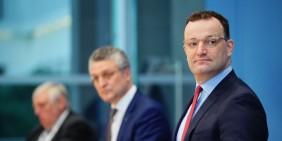 Von rechts: Jens Spahn, Lothar Wieler und Karl-Josef Laumann bei einer Pressekonferenz am 5. März   Bild: picture alliance/dpa   Michael Kappeler