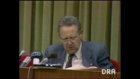 Günter Schabowski liest bei der Pressekonferenz am 9. November 1989 die neue DDR-Reiseverordnung vor.   Bild: Screenshot Deutsches Rundfunkarchiv (DRA)