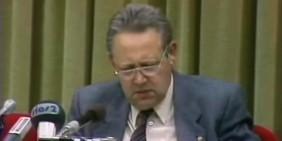 Günter Schabowski liest bei der Pressekonferenz am 9. November 1989 die neue DDR-Reiseverordnung vor. | Bild: Screenshot Deutsches Rundfunkarchiv (DRA)