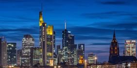 Frankfurter Banken-Skyline mit Commerzbank Tower und Dom   Bild: picture alliance / greatif   Florian Gaul