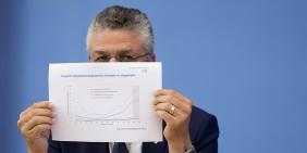 RKI-Präsident Lothar Wieler präsentiert bei einer Pressekonferenz am 8. September eine Grafik mit dem Vergleich der Hospitalisierungsinzidenz bei Geimpften und Ungeimpften | Bild: picture alliance / Flashpic | Jens Krick