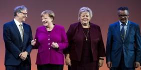 Bill Gates, Bundeskanzlerin Angela Merkel, die norwegische Ministerpräsidentin Erna Solberg und WHO-Generaldirektor Tedros Adhanom Ghebreyesus beim World Health Summit 2018 in Berlin   Bild: picture alliance/dpa   Bernd von Jutrczenka